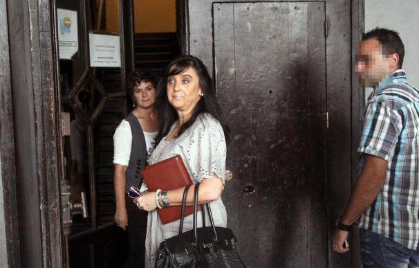 La concejala popular de Andoain Asun Guerra y su escolta en la puerta del Ayuntamiento