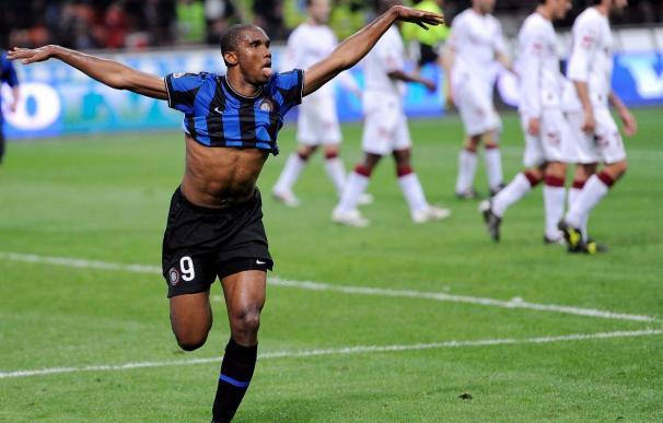 Eto'o y Maicon dan alas al Inter, mientras el Roma iguala a un Milán que cae
