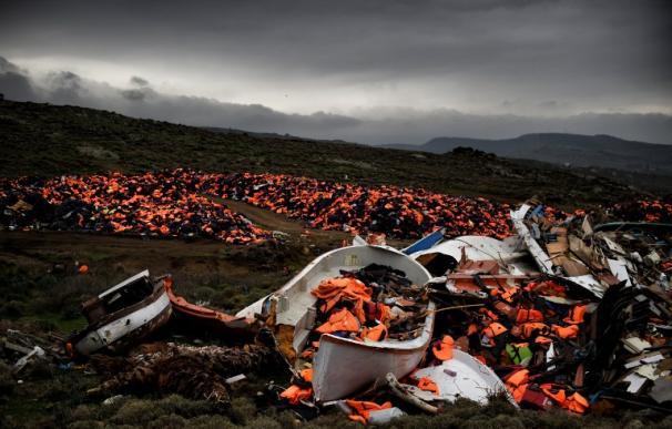 Barcos naufragados y miles de chalecos salvavidas utilizados por los refugiados y los migrantes durante su viaje a través del Egeo