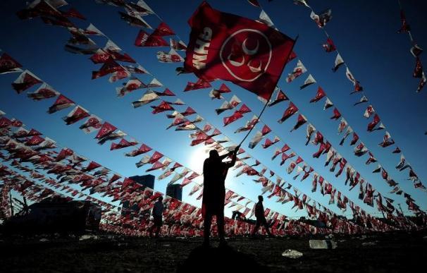 Una mujer agita una bandera del Partido del Movimiento Nacionalista de Turquía (MHP) / AFP