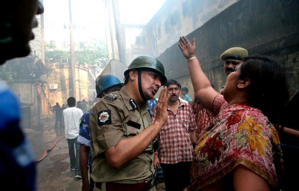 Aumentan a 24 los muertos en un incendio en edificio del centro de Calcuta