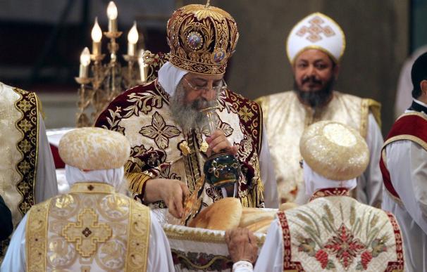 Celebración religiosa copta en una iglesia egipcia