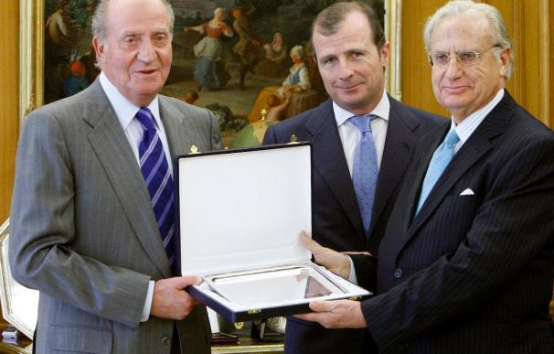 El Rey entrega el Premio FIES de Periodismo al catedrático Jorge de Esteban