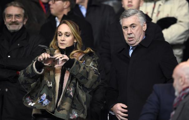 Former PSG coach Carlo Ancelotti (R) and his wife