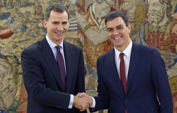 Spain's King Felipe VI (L) shakes hands with Spani