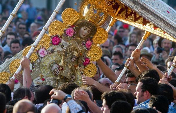La Virgen del Rocío recorre la aldea despidiendo a las hermandades
