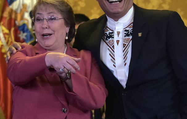 Ecuador's President Rafael Correa (R) and his Chil