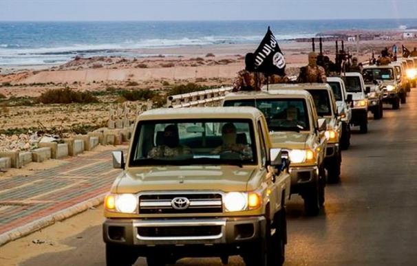 Varios coches Toyota conducidos por el Estado Islámico en uno de sus vídeos propagandísticos