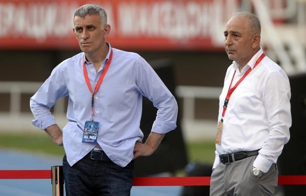 El presidente del Trabzonspors Ibrahim Haciosmanoglu (izquierda) junto al director deportivo