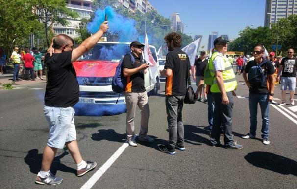 Miles de taxistas se movilizan en Madrid y Barcelona contra el exceso de licencias VTC