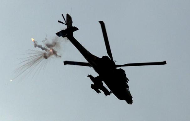 Un helicóptero israelí tipo Apache lanza una bengala anti-misil mientras sobrevuela la franja de Gaza cerca de la comunidad fronteriza israelí del Kibbutz Kissufim.