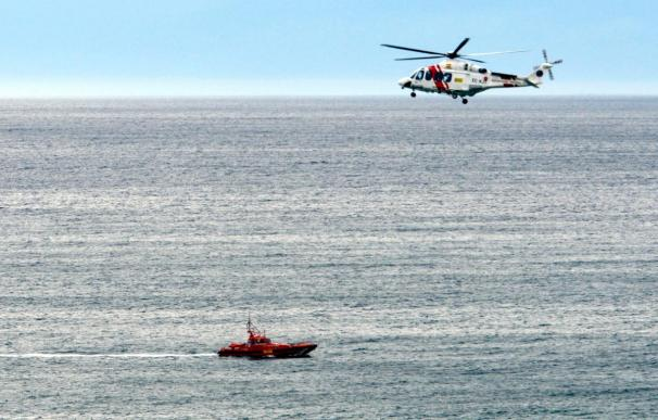 Salvamento Marítimo busca a tres náufragos en la costa de Adra (Almería)