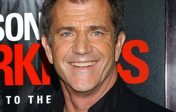 Mel Gibson sale con una modelo de 25 años