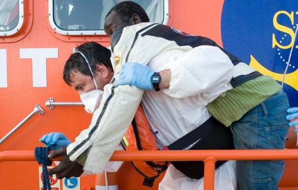 Rescatan a 22 inmigrantes que entraban a nado en grupo desde Marruecos