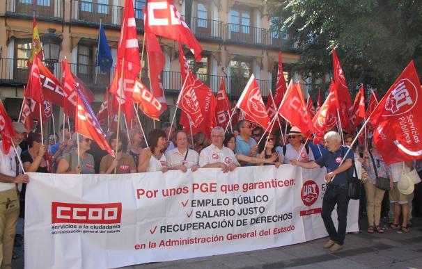 CCOO y UGT se concentran para pedir un salario digno y más empleo público para los funcionarios del Estado