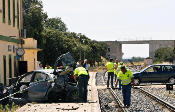Una niña muerta y cuatro heridos al arrollar un tren a un vehículo en Zamora