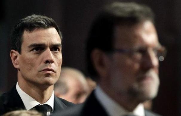El líder del PSOE, Pedro Sánchez, junto al presidente del Gobierno.