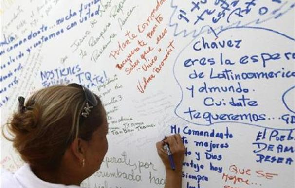 Chávez recibe en Cuba la visita de Fidel y Raúl Castro