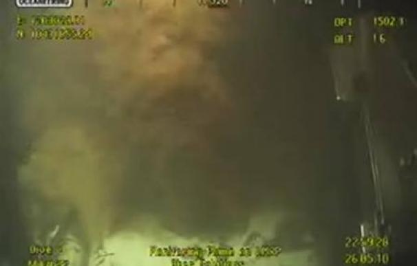 BP vigila si funciona el intento de sellar la fuga de petróleo
