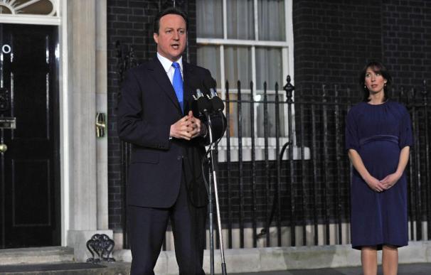 Cameron y Clegg se presentan ante la prensa en Londres tras un histórico acuerdo de coalición