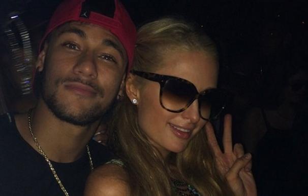 Neymar en compañía de Paris Hilton en Ibiza