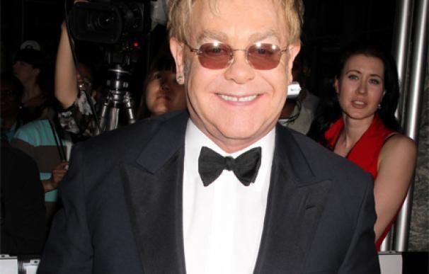 Elton John cree que su hijo es 'el antídoto' contra la infelicidad