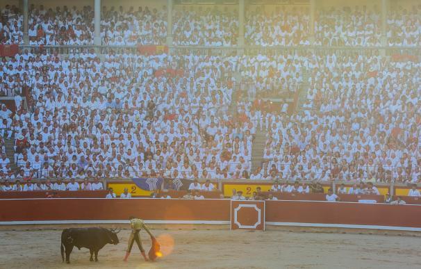 Imagen de una corrida de San Fermín en la plaza de toros de Pamplona.