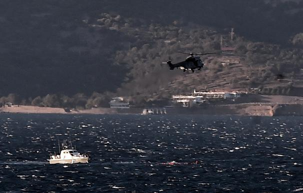 Greek coast guard try to save refugees and migrant