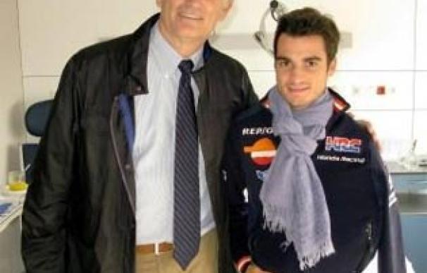 Xavier Mir posa con Dani Pedrosa tras una operación