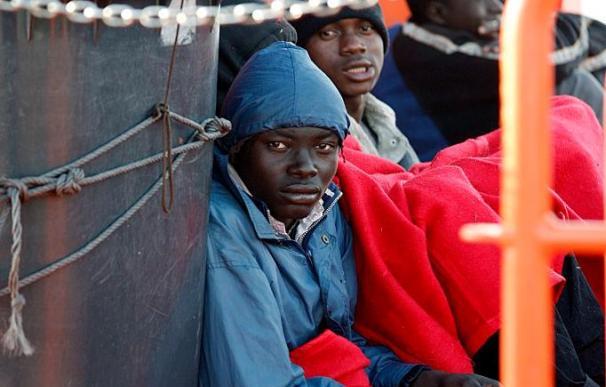 Interceptan una barca con 15 inmigrantes subsaharianos en aguas del Estrecho
