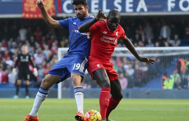 Diego Costa y Mamadou Sakho pelean un balón en el Chelsea-Liverpool / Getty Images
