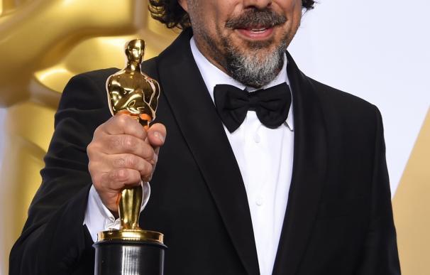 Alejandro G. Iñárritu poses with the Oscar for Bes