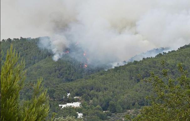 El incendio de Ibiza obliga a más desalojos en la zona afectada