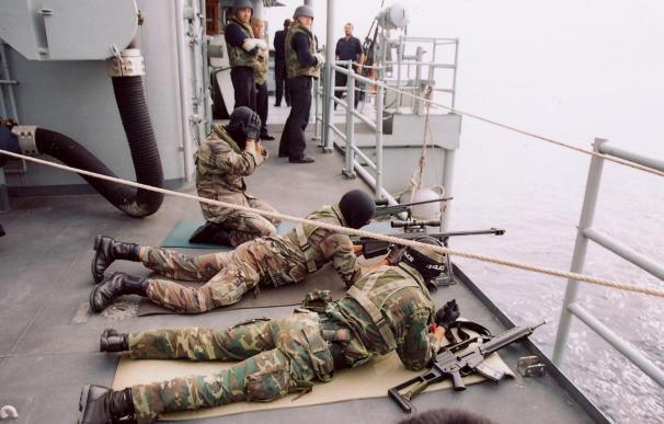 Militares de la fragata Navarra detienen a seis piratas en la costa de Somalia y recogen un cadáver