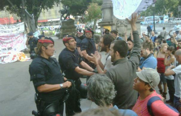 Los Mossos acordonan la plaza Catalunya, epicentro de las protestas en Barcelona