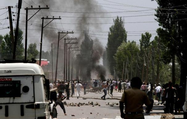 Al menos tres manifestantes cachemires mueren en choques con la Policía india
