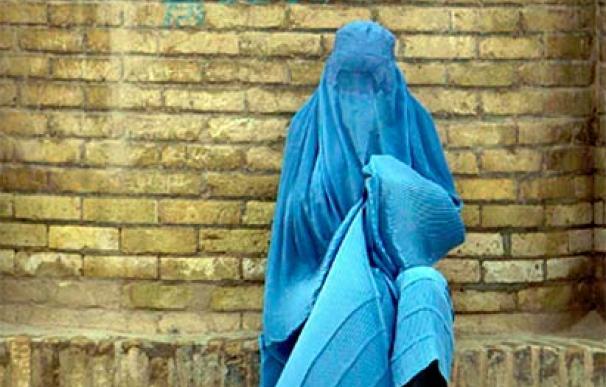 Una mujer con burka descansa en una calle de Herat, Afganistán. (Imagen: EFE / Jalil Rezayee)