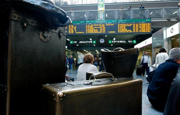 Los equipajes de los viajeros, ante los paneles de salidas y llegadas de trenes de la estación de Atocha, en Madrid, en la jornada de huelga convocada hoy por CGT en Renfe.