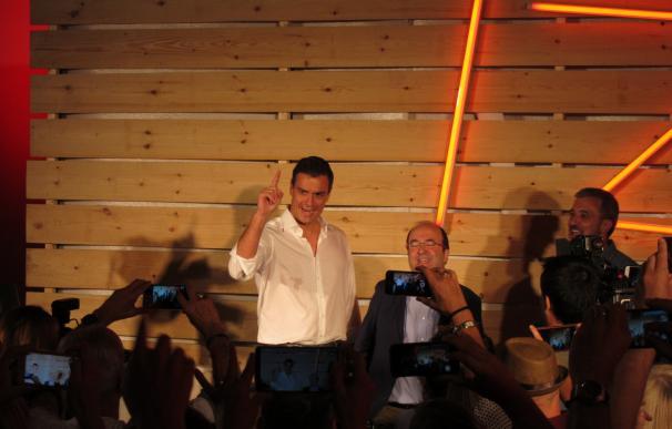 Sánchez, con su candidato Miquel Iceta, en un acto de campaña.