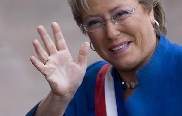Bachelet viaja a España para participar en un foro y pedir apoyo a su fundación
