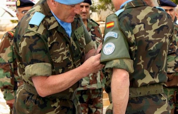 El jefe de la Fuerza de la ONU en el Líbano condecora a los cascos azules españoles