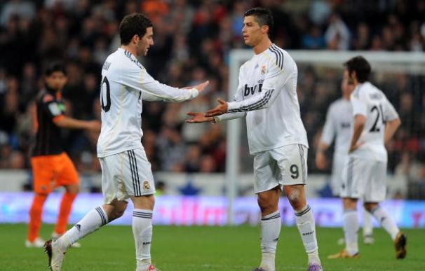 Cristiano saluda a Higuaín durante su etapa en el Real Madrid
