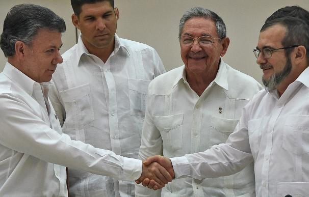 Colombian President Juan Manuel Santos (L) and the