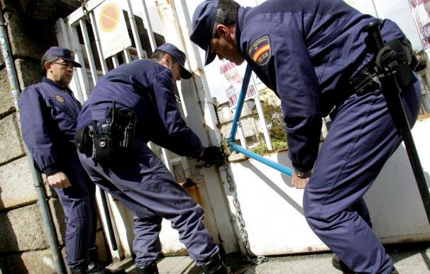 Trabajadores de Alfageme cierran con cadenas el acceso, con el director dentro