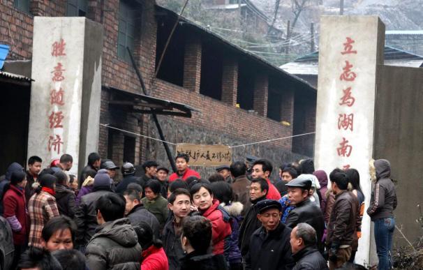 Gobernantes chinos piden un esfuerzo para rescatar a 152 mineros atrapados