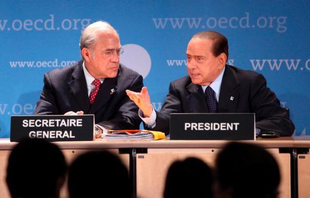 Berlusconi dice que él no tiene poder y lo ilustra con una cita de Mussolini