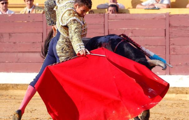 """""""El Fandi"""", por la Puerta Grande, y Perera, herido """"grave"""", en ambulancia"""