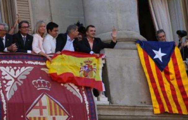 'Guerra de banderas' en el balcón del ayuntamiento de Barcelona.