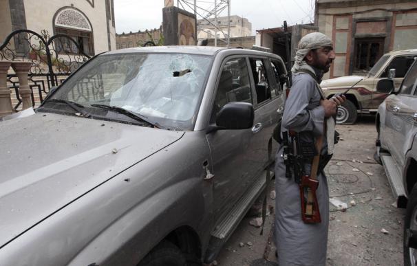 Un guardia armado vigila la casa en Saná del líder de la tribu Al Ahmar de Yemen.