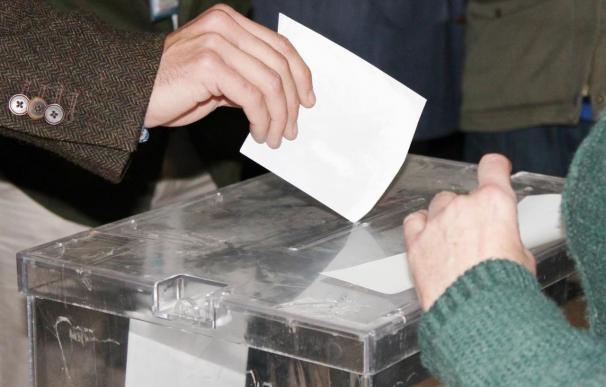 Un votante deposita la papeleta en la urna.